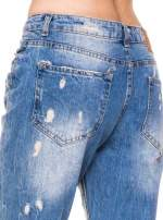 Niebieskie spodnie boyfriend jeans z przetarciami i podwijaną nogawką                                  zdj.                                  8