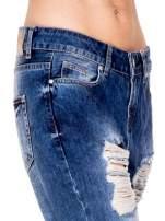 Niebieskie spodnie boyfriend jeans z rozdarciami                                  zdj.                                  6