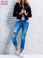 Niebieskie spodnie girlfriend jeans z naszywkami                                  zdj.                                  2