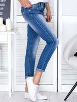 Niebieskie spodnie jeansowe damskie z ozdobnym suwakiem PLUS SIZE                                  zdj.                                  5