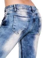 Niebieskie spodnie jeasnowe dzwony z przetarciami i rozjaśnianą nogawką                                  zdj.                                  7