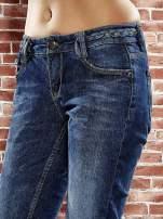 Niebieskie spodnie regular jeans z plecionym paskiem                                  zdj.                                  5