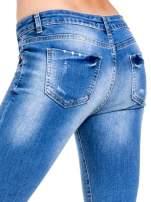 Niebieskie spodnie skinny jeans z cieniowaniem i ciętą nogawką                                  zdj.                                  7