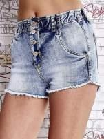 Niebieskie szorty jeansowe z postrzępioną nogawką