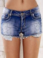 Niebieskie szorty jeansowe z postrzępionymi nogawkami                                  zdj.                                  1