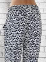 Niebieskie zwiewne spodnie alladynki we wzór geometryczny                                  zdj.                                  7