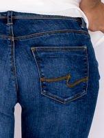 Proste spodnie jeansowe z delikatnymi przetarciami niebieskie                                  zdj.                                  5