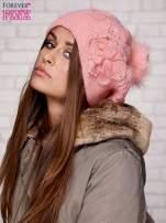 Różowa czapka z ozdobnym kwiatem i pomponem
