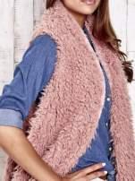 Różowa futrzana kamizelka a asymetrycznym wykończeniem