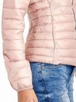 Różowa lekka kurtka puchowa z kontrastowym zamkiem                                  zdj.                                  5