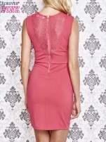 Różowa sukienka tuba z koronkowymi wstawkami                                  zdj.                                  2