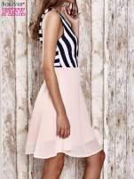 Różowa sukienka z kopertowym dekoltem w pasy