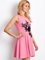 Różowa sukienka z roślinną aplikacją                                  zdj.                                  3