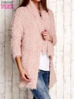 Różowy asymetryczny sweter z szerokim kołnierzem                                  zdj.                                  3