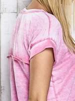 Różowy asymetryczny t-shirt z trójkątnym dekoltem                                  zdj.                                  8