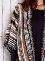 Różowy sweter poncho z frędzlami