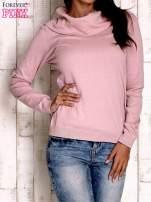 Różowy sweter z szerokim golfem