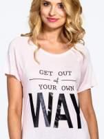 Różowy t-shirt z napisem GET OUT OF YOUR OWN WAY                                  zdj.                                  5