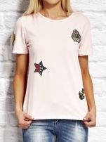 Różowy t-shirt z naszywkami                                  zdj.                                  1
