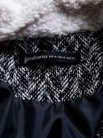 STRADIVARIUS  Czarny płaszcz ze skórzanymi dodatkami i kożuszkiem                                  zdj.                                  3