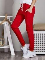 Spodnie dresowe ze ściągaczami i troczkami czerwone                                  zdj.                                  3