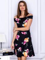Sukienka czarna w kontrastowe kwiaty                                  zdj.                                  1