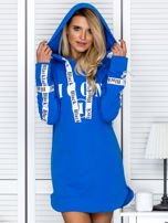 Sukienka dresowa z kapturem i nadrukiem niebieska                                  zdj.                                  5