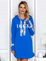 Sukienka dresowa z kapturem i nadrukiem niebieska                                  zdj.                                  1