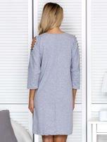 Sukienka oversize z wycięciami na rękawach i perełkami szara                                  zdj.                                  2