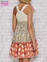 Sukienka w łączkę z dekoltem z koralików
