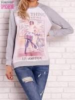 Szara bluza z nadrukiem dziewczyny i napisem                                  zdj.                                  1