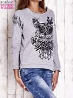 Szara bluza z surowym wykończeniem i nadrukiem sowy