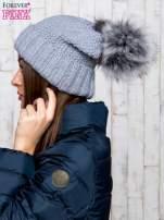 Szara czapka ze srebrną nitką i futrzanym pomponem