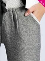 Szare melanżowe spodnie dresowe w stylu casual                                  zdj.                                  5