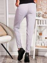 Szare spodnie dresowe z kontrastowymi wstawkami                                  zdj.                                  2