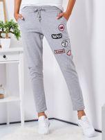 Szare spodnie dresowe z naszywkami                                  zdj.                                  1