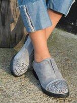 Szare zamszowe botki z ozdobną wstawką z przodu buta wysadzaną błyszczącymi dżetami                                  zdj.                                  1