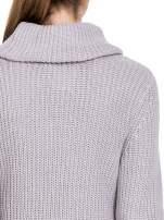 Szary ciepły sweter z golfowym kołnierzem