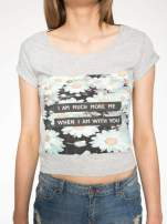 Szary krótki t-shirt z nadrukiem stokrotek i napisem                                  zdj.                                  7