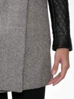Szary melanżowy płaszcz  ze skórzanymi pikowanymi rękawami                                  zdj.                                  7