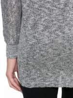 Szary melanżowy sweterek o luźnym kroju z kieszonką