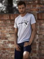 Szary t-shirt męski z nadrukiem napisów i cyfrą 9                                                                          zdj.                                                                         1
