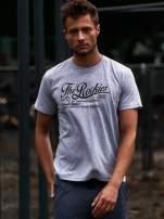 Szary t-shirt męski z nadrukiem napisu THE ROCKIES                                  zdj.                                  1