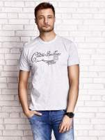 Szary t-shirt męski z napisami i liczbą 83                                  zdj.                                  1