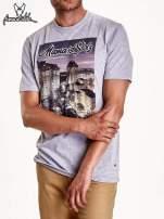 Szary t-shirt męski ze zdjęciem miasta                                  zdj.                                  4
