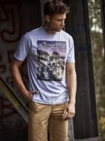 Szary t-shirt męski ze zdjęciem miasta                                  zdj.                                  1