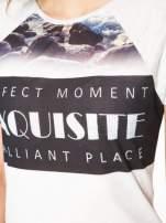Szary t-shirt z nadrukiem pejzażu i napisem EXQUISTE z dżetami