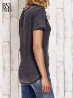 Szary t-shirt z podwijanymi rękawkami efekt acid wash                                  zdj.                                  4