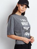 T-shirt ciemnoszary z napisem i graficznymi taśmami                                  zdj.                                  2