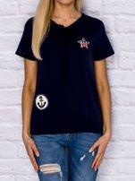 T-shirt damski z wiązaniem i naszywkami granatowy                                  zdj.                                  1